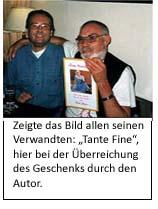 Zwei Männer umarmen sich wegen lustigem Geschenk
