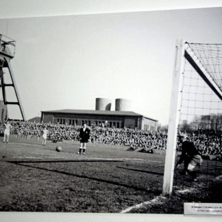 Schwarz-Weiss Foto von altem Oberliga-Fußballspiel des SV Sodingen im Schatten einer Zeche